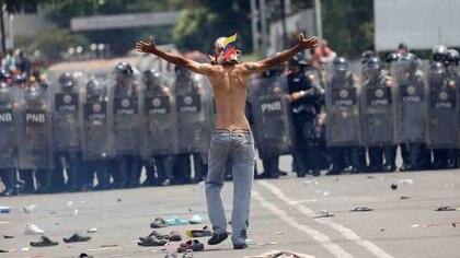 Un manifestante venezolano protestando contra la policía en la frontera (REUTERS/Edgard Garrido)