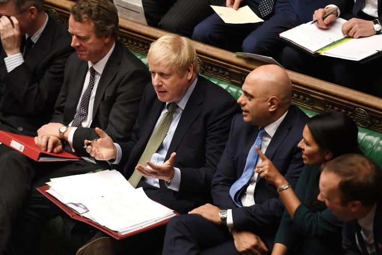 El primer ministro Boris Johnson y a su lado Sajid Javid en la Cámara de los Comunes, el 8 de enero de 2020 (©UK Parliament/Jessica Taylor/Handout via REUTERS)