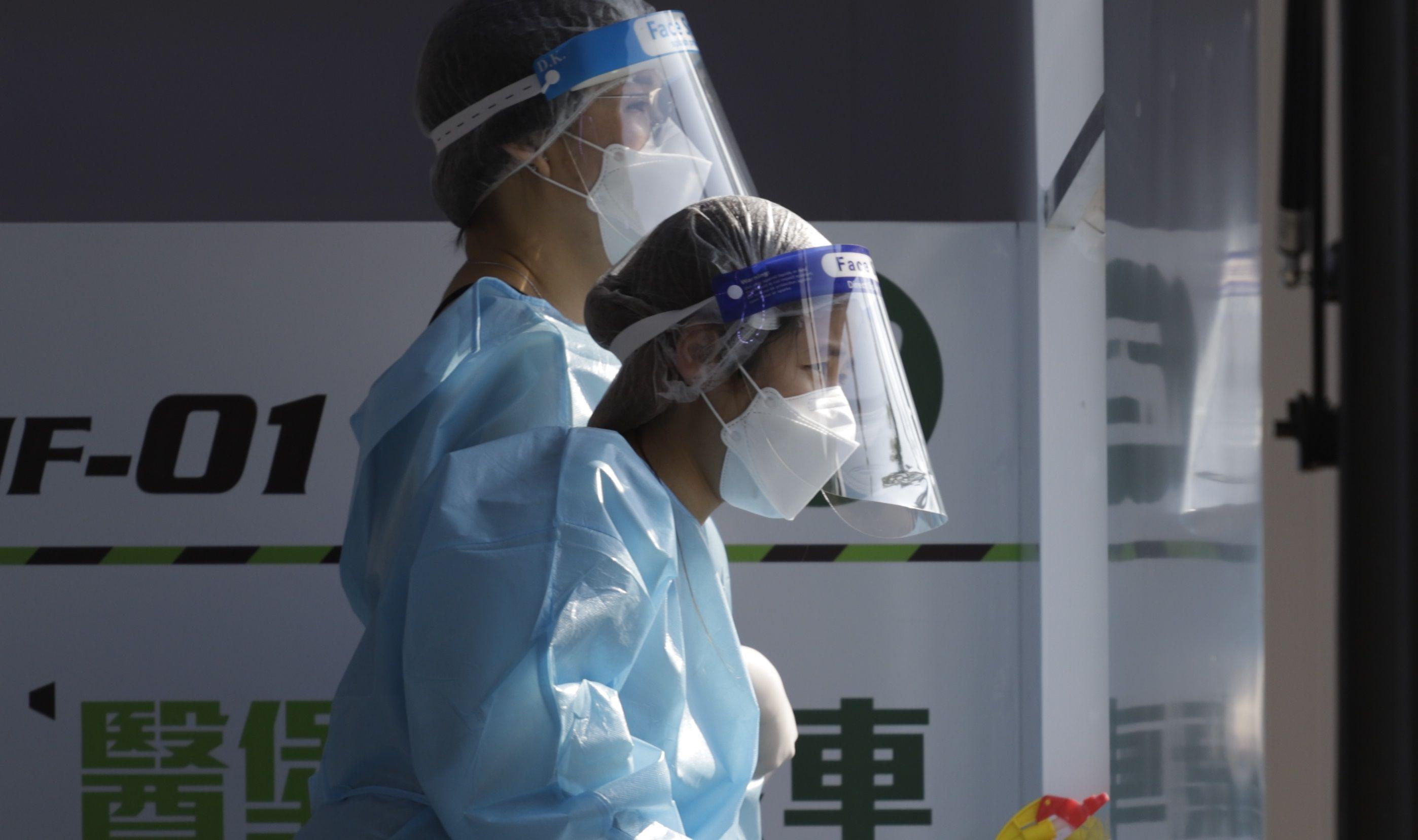 21/02/2021 Médicos en la zona urbana de Hong Kong. El Ministerio de Salud de China ha registrado este domingo 13 nuevos casos importados de la enfermedad. POLITICA LIAU CHUNG-REN / ZUMA PRESS / CONTACTOPHOTO