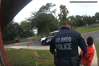 Foto tomada del video que muestra a la pequeña Kaia Rolle siendo llevada por policías en Orlando, Florida, el 19 de septiembre de 2019 (Departamento de Policía de Orlando / Orlando Sentinel vía AP)
