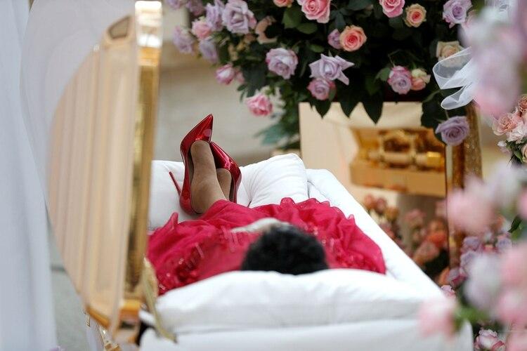 Aretha Franklin fue vestida de rojo, con zapatos de tacón y sus pies cruzados para ser exhibida en su velatorio