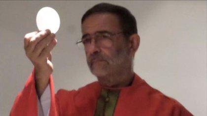 El cura Pascual en la consagración de la Eucaristía.