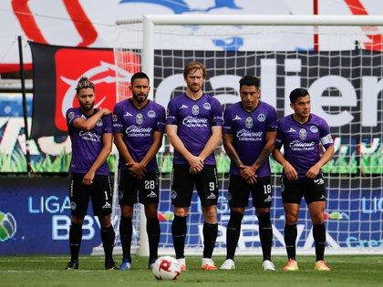 Jugadores de Mazatlán forman una barrera en un tiro libre este martes en un partido de la Copa GNP por México 2020 entre Atlas y Mazatlán FC en el estadio Akron en Guadalajara estado de Jalisco (México). EFE/Francisco Guasco