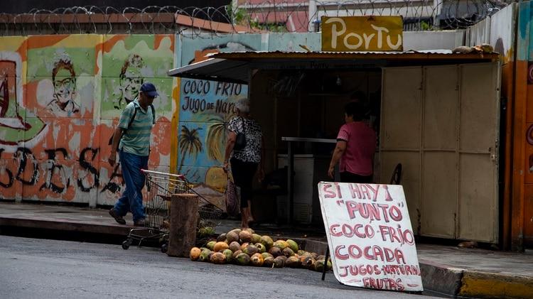 """""""Sí hay punto"""" (terminal electrónica para tarjetas de crédito), un cartel cada vez más habitual en una Venezuela en la que faltan billetes(Foto: Lihue Althabe)"""