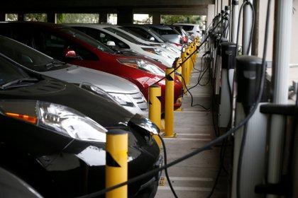 Autos eléctricos cargando baterías en Irvine, California (REUTERS/Lucy Nicholson/Archivo)
