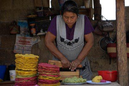 Fotografia fechada el 11 de junio del 2020, que muestra a una mujer indígena, en la elaboración de Tortillas echas a mano, en el Municipio de Teopisca estado de Chiapas. EFE/Carlos López