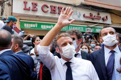 Macron durante su recorrido por las calles de Beirut (Thibault Camus via REUTERS)
