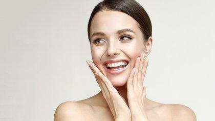 Mover un poco la mandíbula y las cejas para ayudar a soltarlas y cerrar los ojos suavemente (Shutterstock)