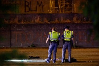 Un grafiti de Black Lives Matter (Las vidas negras importan, en inglés) puede verse en la escena del incidente en Seattle el 4 de julio de 2020 (REUTERS/Jason Redmond)