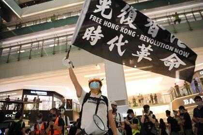 Un manifestante pro-democracia en Hong Kong el 12 de junio de 2020 (REUTERS/Laurel Chor)