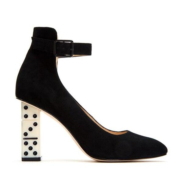 Negro: Stiletto de gamuza con pulsera con detalle original de taco en forma de piezas de dominó. Su precio USD 169.00(Katy Perry Collections)