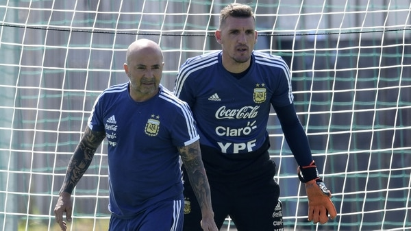 Jorge Sampaoli explicó por qué se inclinó por Willy Caballero en lugar de Franco Armani (AFP PHOTO / JUAN MABROMATA)