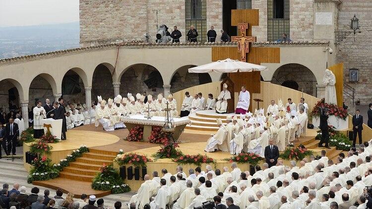(Archivo) El papa Francisco oficiando una misa en la ciudad de Asís (AFP)