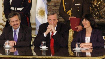 Néstor Kirchner, con su jefe de Gabinete Alberto Fernández, anunciando el pago total al FMI en 2005 (Foto: NA).