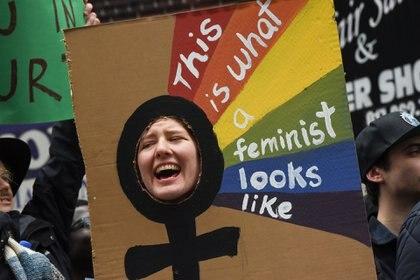 """""""Así luce una feminista"""" dice el cartel (Reuters)"""