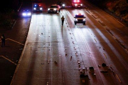 La policía estatal de Washington investiga la escena en la que dos personas de un grupo de manifestantes fueron atropelladas por un auto en la Interestatal 5 cuando la autopista estaba cerrada al tráfico debido a la protesta en Seattle, Washington, EE.UU., el 4 de julio de 2020. REUTERS/Jason Redmond