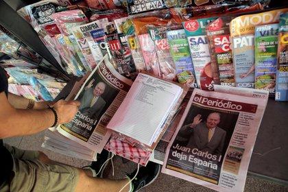 Un hombre lee los periódicos este martes en Madrid (Reuters/ Javier Barbancho)