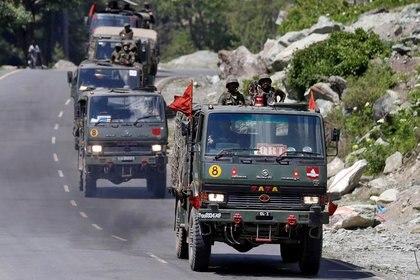 El reciente conflicto entre China e India debiera haber estado en primea plana de todo el mundo, considera Ferguson, pero ha quedado opacado por el coronavirus. En la foto un convoy del ejército indio en Ladakh (REUTERS/Danish Ismail)