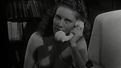 Una joven se muestra en topless al atender el teléfono y no darse cuenta de que la pantalla del aparato está encendida (Ina.fr)