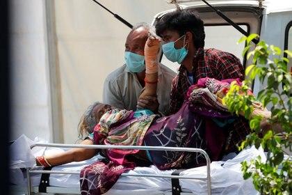 Secuencia de la imagen anterior. El dolor es absoluto en India y crece a diario (Reuters)