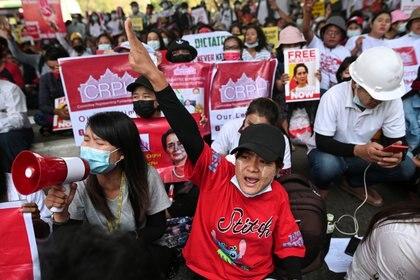 Trabajadores de las fábricas se manifiestan contra el golpe militar en Yangon, Myanmar, el 25 de febrero de 2021. REUTERS / Stringer