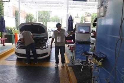 Los autos que deben verificar cuentan con calcomanía azul. (Foto: Cuartoscuro)