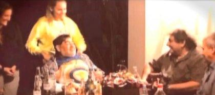 """Una imagen del cumpleaños de Diego Maradona (Foto: """"Intrusos"""", América)"""