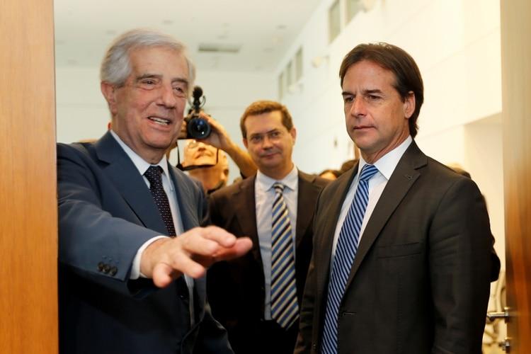 Tabaré Vázquez, presidente de Uruguay desde 2010, recibe al presidente electo, Luis Lacalle Pou (REUTERS/Mariana Greif)