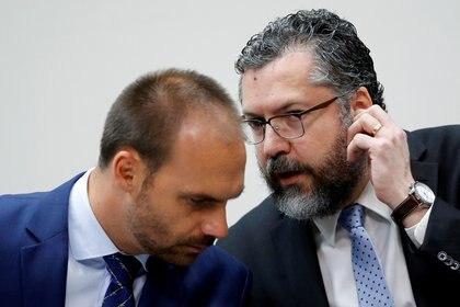El diputado federal brasileño Eduardo Bolsonaro conversa con el ministro de Relaciones Exteriores de Brasil, Ernesto Araujo, en una foto de archivo (Reuters)