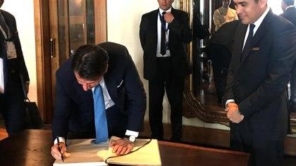 La firma del primer Ministro italiano en el libro de los visitantes del restaurante ubicado en Puerto Madero