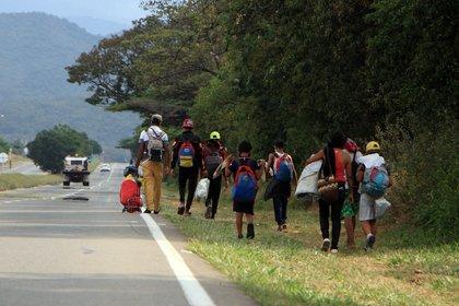 Ciudadanos venezolanos caminan el 16 de febrero de 2021, por una autopista cercana a Cúcuta (Colombia). En Cúcuta, capital del departamento de Norte de Santander y que tiene el principal paso fronterizo con Venezuela, viven 96.133 de los más de 1,7 millones de migrantes de ese país que se han establecido en Colombia. EFE/ Mario Caicedo
