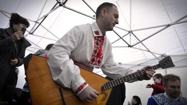 Las balalaikas son el instrumento típico; son guitarras de tres cuerdas