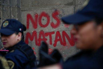 Agentes de policía en medio de una manifestación contra la violencia de género en Ciudad de México.  Feb 14, 2020. REUTERS/Carlos Jasso