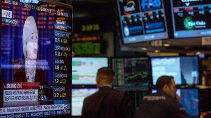 Foto de Yellen en una pantalla en el recinto de la bolsa de valores