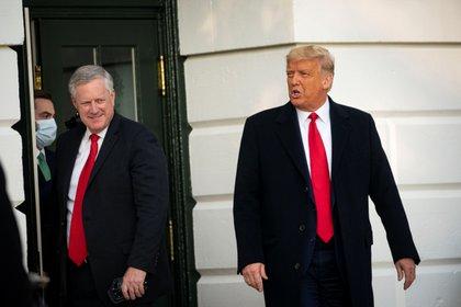 El jefe de gabinente Mark Meadows junto al presidente estadounidense Donald Trump (REUTERS/Al Drago)