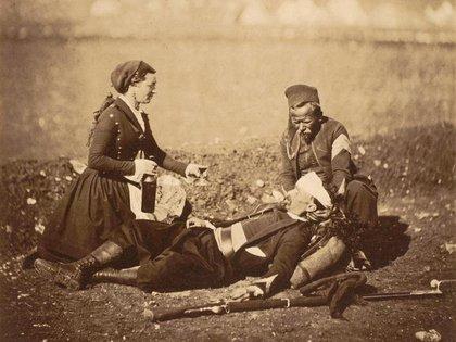 Las enfermeras atendían a los caídos en pleno campo de batalla