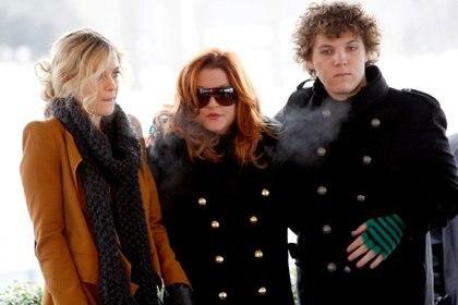 Lisa Marie Presley con sus hijos Riley y Benjamin Keough, en Memphis, EEUU, 8 enero 20108, 2010. REUTERS/Nikki Boertman