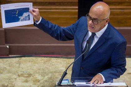 El presidente de la Asamblea Nacional de Venezuela, Jorge Rodríguez, mostró este lunes fotografías sobre la operación Gedeón durante una rueda de prensa en Caracas (Venezuela). EFE/Miguel Gutiérrez
