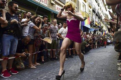"""Un participante corre durante la """"Carrera de Tacones Altos"""" en Madrid el 2 de julio de 2015. Este evento en Madrid reúne a una multitud para ver a los participantes correr con tacones de al menos 15 cm de altura, dando inicio a la celebración del Orgullo"""