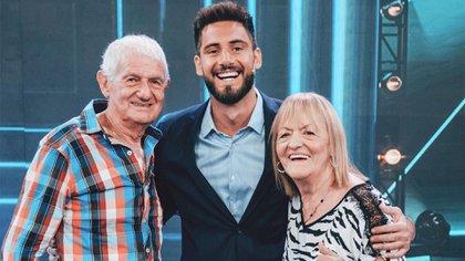 Nico Occhiato junto a sus abuelos