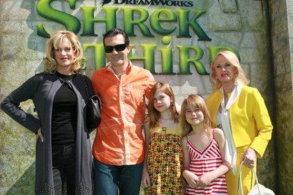Melanie, Antonio Banderas, Tippi y su hijas en el estreno de Shrek en Los Ángeles en 2007 (Alex Berliner/BEI/Shutterstock)