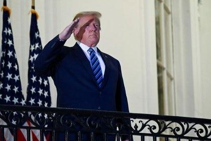 El presidente de los Estados Unidos Donald Trump posa sin mascarilla en el Balcón Truman de la Casa Blanca después de regresar del Centro Médico Walter Reed, en Washington, EEUU, el 5 de octubre de 2020 (Reuters/ Erin Scott)