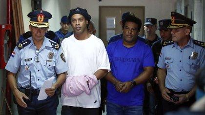 Ronaldinho utilizó una prenda de color rosa para ocultar sus esposas. (AP Photo/Jorge Saenz)