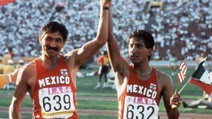 Ernesto Canto, medallista de oro con el número 632, y Raúl González, medallista de plata con el número 639 (Foto: Twitter@VladimirPozoC80)