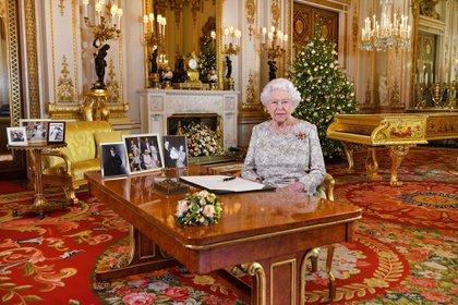 La reina Isabel II en su mensaje de navidad televisado (Shutterstock)