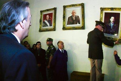 Néstor Kirchner en marzo de 2004, cuando hizo descolgar cuadros en el Colegio Militar. Un gesto en el que algunos quisieron ver coraje, pero que a esa altura de la historia no lo requería en lo más mínimo