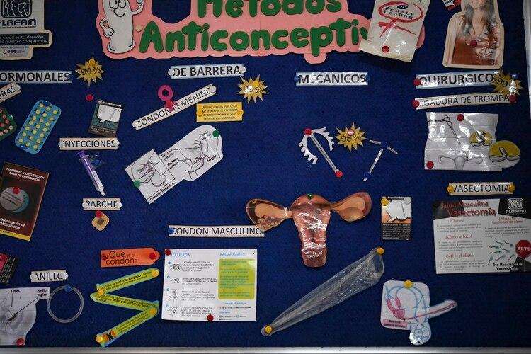 Una cartelera que explica los métodos anticonceptivos en el barrio de Petare, en Caracas (Yuri CORTEZ / AFP)