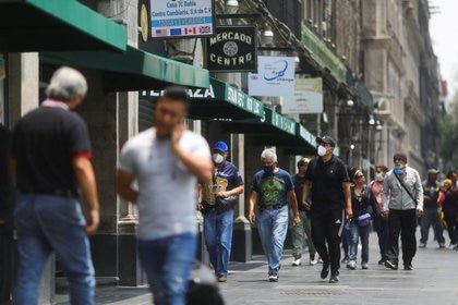 La gente camina afuera de las tiendas durante el inicio de la reapertura gradual de las actividades comerciales en el centro de Ciudad de México, mientras continúa el brote de la enfermedad (Foto: Reuters)