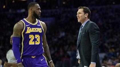 Luke Walton, ex entrenador de LeBron James en los Lakers,habría abusado de una periodista(Bill Streicher-USA TODAY Sports)