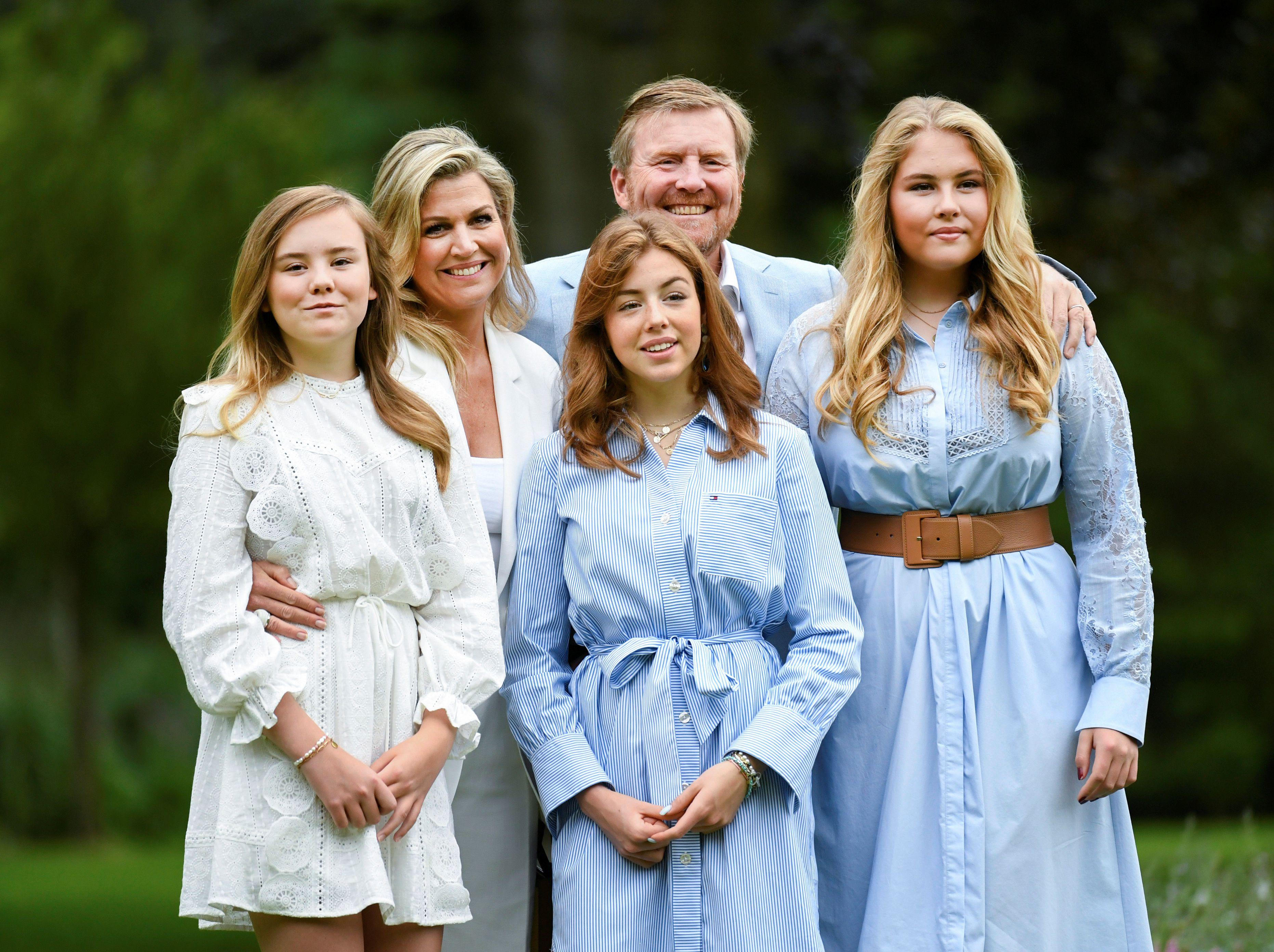 El rey Willem Alexander, la reina Máxima, las princesas Amalia, Alexia y Ariane posan durante una sesión de fotos oficial en La Haya, Países Bajos (Foto: Reuters)